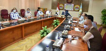 محافظ مطروح خلال إجتماعة مع السكرتير العام ولفيف من القيادات التنفيذية