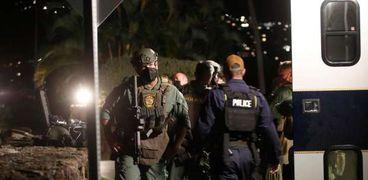عناصر من قوات التدخل السريع الامريكية خارج مبنى الفندق