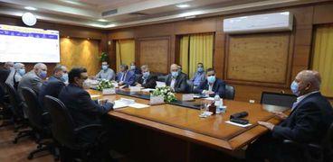 وزير النقل يتابع تنفيذ مشروعات تطوير محطات ومزلقانات السكة الحديد