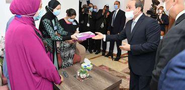 السيسي يهدي تابلت لأبناء سكان منطقة «أهالينا 2» «صور»