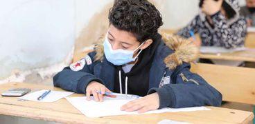 طلاب أثناء أداء امتحانات الترم الأول داخل مصر
