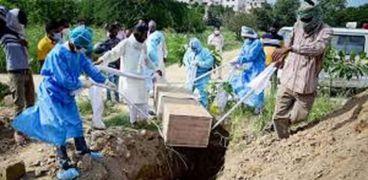 دفن إحدى وفيات كورونا في الهند