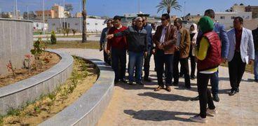 محافظ مطروح خلال تفقده أعمال تطوير شوارع مدينة مرسى مطروح