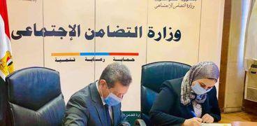رئيس جامعة مطروح ووزيرة التضامن الاجتماعى خلال توقيع بروتوكول تعاون بين الوزارة والجامعة