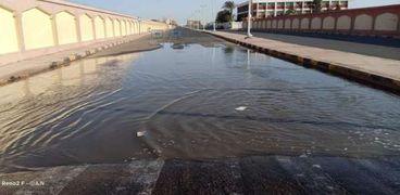 كسر بخط المياه بمدينة رأس غارب