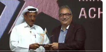 إبرهيم عيسى خلال تسلمه جائزة خلف أحمد الحبتور من الإمارات