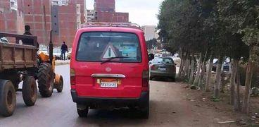 سائق في المحلة يستغل تأخر الطلاب عن الإمتحان