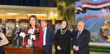 الدكتورة نبيلة مكرم وزيرة الدولة للهجرة خلال تدشينها مؤتمر مصر تستطيع بالصناعة