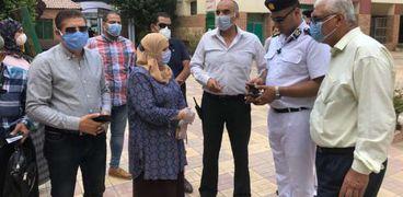 اللواء احمد عبدالفتاح رئيس حي الدقي ونائبة خلال الحملة المكبرة لاعادة الانضباط