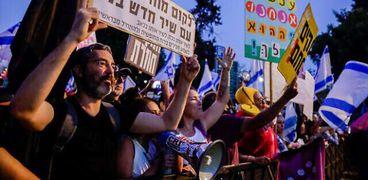 متظاهرون ضد رئيس الحكومة بنيامين نتنياهو اما مقره في شارع بلفور في القدس
