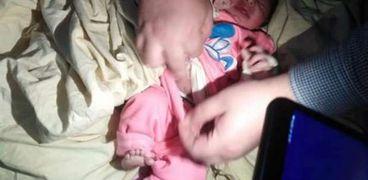 العثور على طفل عمره 3 أيام مُلقى أسفل كرسي بكورنيش مدينة كفر الشيخ