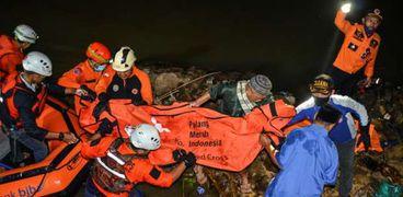 فرق الانقاذ الإندونسية خلال محاولتها انتشال جثث الأطفال الغرقى