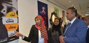 رئيس جامعة أسوان يفتتح معرضا فنيا عن مناهضة العنف ضد المرأة