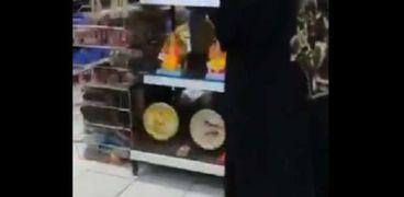 السيدة أثناء تواجدها بالمحل وتحطميها للتماثيل