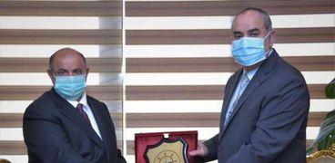وزير الطيران المدنى خلال لقائه مع نظيره اليمنى