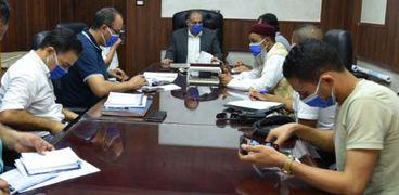 سكرتير عام محافظة مطروح خلال اجتماع لتطوير مزلقان الضبعة