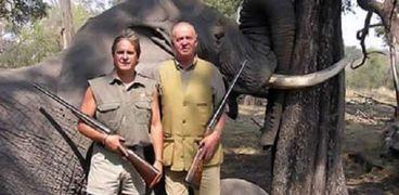 ملك إسبانيا بجوار الفيل