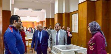 رئيس جامعة بني سويف يتابع جولة الإعادة لانتخابات اتحاد الطلاب