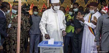 الرئيس التشادي إدريس ديبي يصوت في الانتخابات