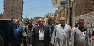 وزير التنمية المحلية خلال زيارته لسوهاج