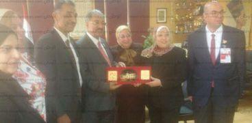 نادية مبروك مع وفد الجامعة الاهلية