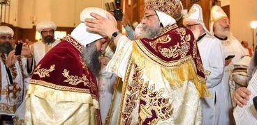 البابا مع أسقف نورث كارولينا الجديد فى قداس الرسامة (صورة ارشيفية)