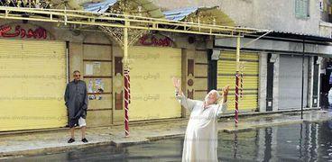 مواطن يواجه أزمة الأمطار بالتضرع إلى الله