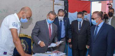 محافظ الإسكندرية يدلى بصوته بمدرسة عمر مكرم الابتدائية بالمنتزة أول.. ويطمئن على بدء العملية الإنتخابية
