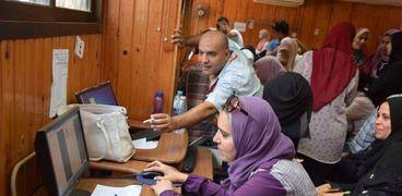 طالبات يسجلن رغباتهن للالتحاق بالكليات بعد أداء اختبارات القبول
