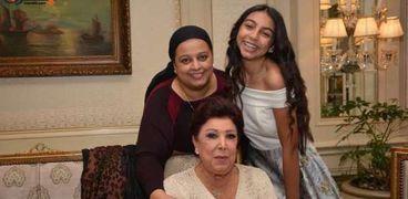 رجاء الجداوي مع ابنتها وحفيدتها