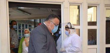 القائم بأعمال رئيس جامعة الإسكندرية يتفقد أول يوم دراسة بالكليات