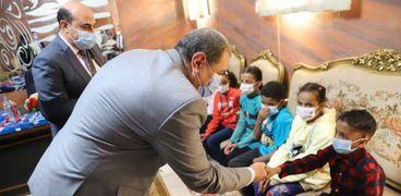 وزير القوى العاملة يوزع «فوانيس رمضان» على الأطفال الأيتام بأسوان