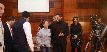 الفنان تامر حسني مع الطفلة هايدي