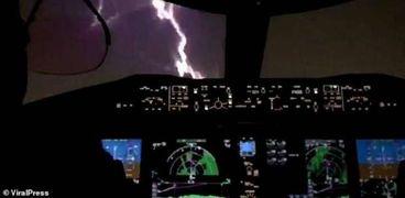 صاعقة البرق لم تحدث أي أضرار في جسم الطائرة