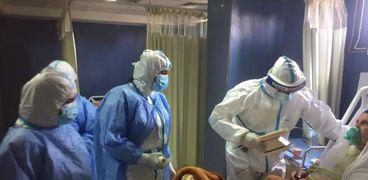 الفرق الطبية لحظة تعاملها مع مصاب بفيروس كورونا