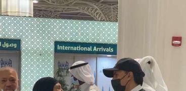 إحد المعتمرات في مطار الأمير محمد بن عبدالعزيز الدولي في المدينة المنورة