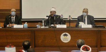 د. مختار جمعة ود. عوض تاج الدين خلال منتدى الحوار الثقافى أمس