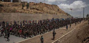 أفراد من جبهة تحرير تيجراي يصطحبون أسرى الجيش الإثيوبي