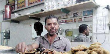 «عمار» داخل مطعمه فى منطقة أرض اللواء