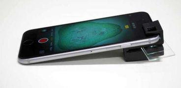 قطعة صغيرة تشبه العدسة تحول هاتفك إلى مجهر