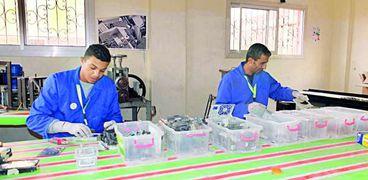 عمال مصانع المخلفات الإلكترونية