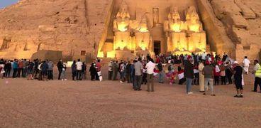 السياح يشاهدون ظاهرة تعامد الشمس على وجه رمسيس الثاني بأبو سمبل (صور)