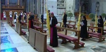 الكهنة وحدهم في الكنائس في أحد السعف