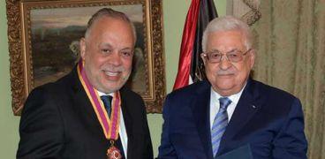 الفنان أشرف زكي تسلم وسام الثقافة من الرئيس الفلسطيني محمود عباس