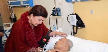 رجاء الجداوى أثناء زيارتها للمستشفى