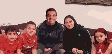 رسمة تجمع أسرة الشهيد أحمد منسي