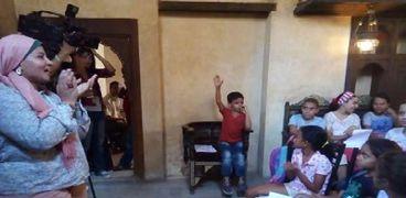 الأطفال أثناء متابعتهم لمعلومات أستاذة الآثار
