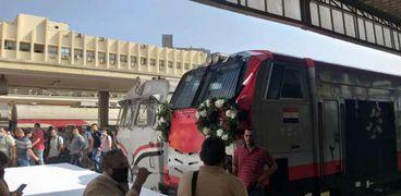 الورود تزين الجرارات الجديدة بالسكة الحديد قبل التشغيل