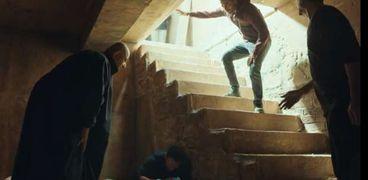 نزول عمرو سعد إلى القبر بالحذاء في ملوك الجدعنة يثير جدلا.. والإفتاء ترد