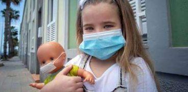 فتاة ترتدي الكمامة لتجنب الإصابة بكورونا- صورة أرشيفية